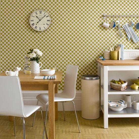 Дополняем дизайн кухни с помощью посуды и часов