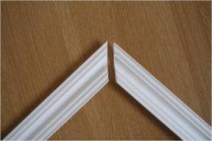 Технология наклеивания потолочного плинтуса