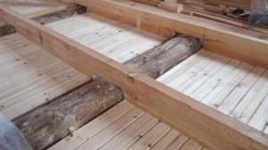 Деревянное перекрытие с балками из кругляка