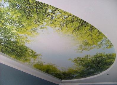 Современный натяжной потолок в интерьере помещения