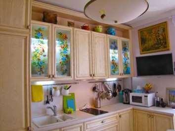 Витражные и цветные стекла в дизайне кухни
