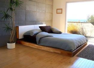 Пол в маленькой спальне