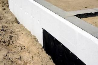 Утепление-фундамента-песком-325x216