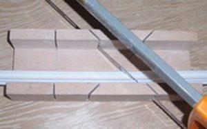 Как и чем резать потолочный плинтус